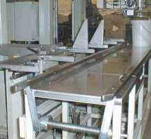 Conveyor with grate, container; easy adjustment to different container sizes